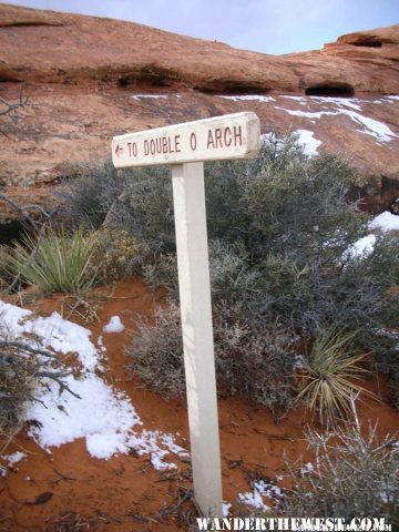 Double O Arch trail marker